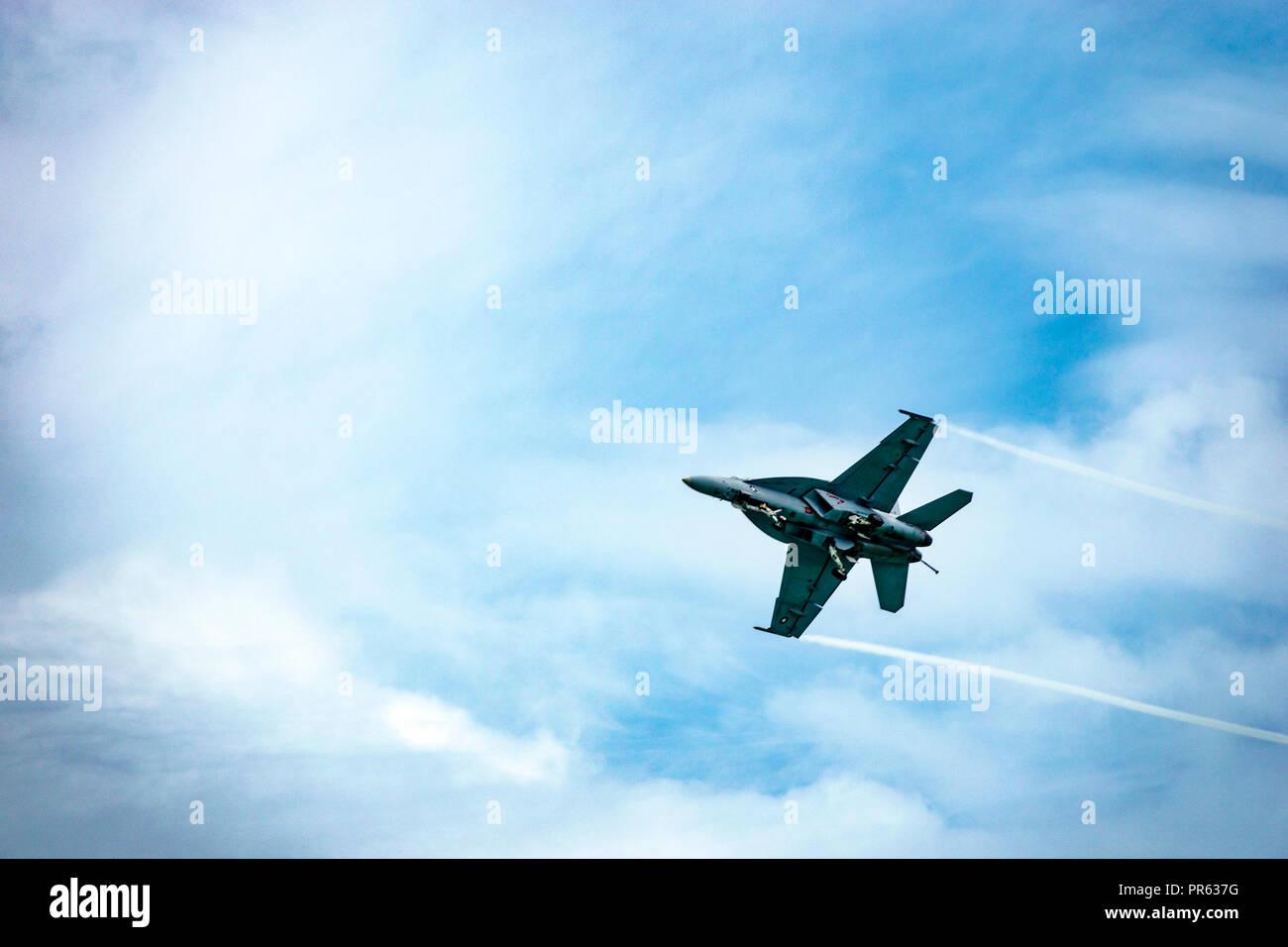 Miami Beach Florida Nacional saludamos a America's Heroes Air & Sea Show McDonnell Douglas F/A-18 Hornet bimotor supersonic all-weather capa portadora Foto de stock