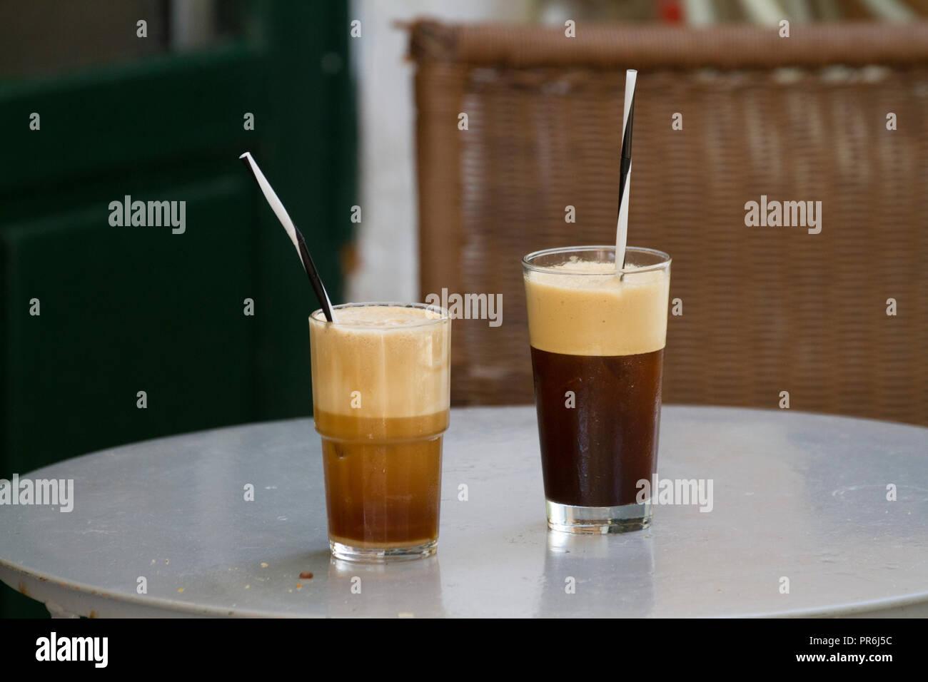 Cafés en vasos, con pajas, esperando a ser borracho Imagen De Stock