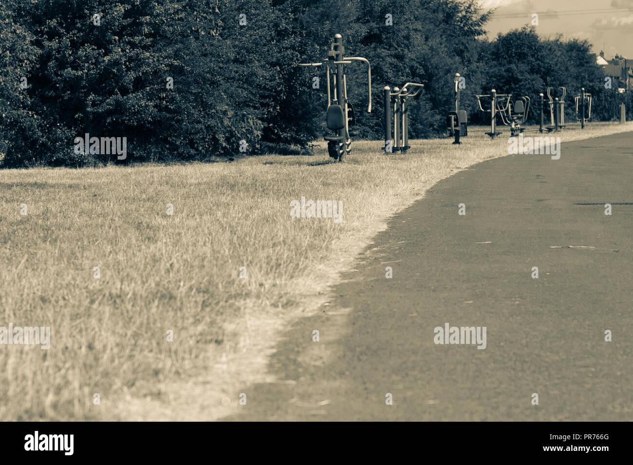 Equipo de ejercicio urbano en un parque Imagen De Stock
