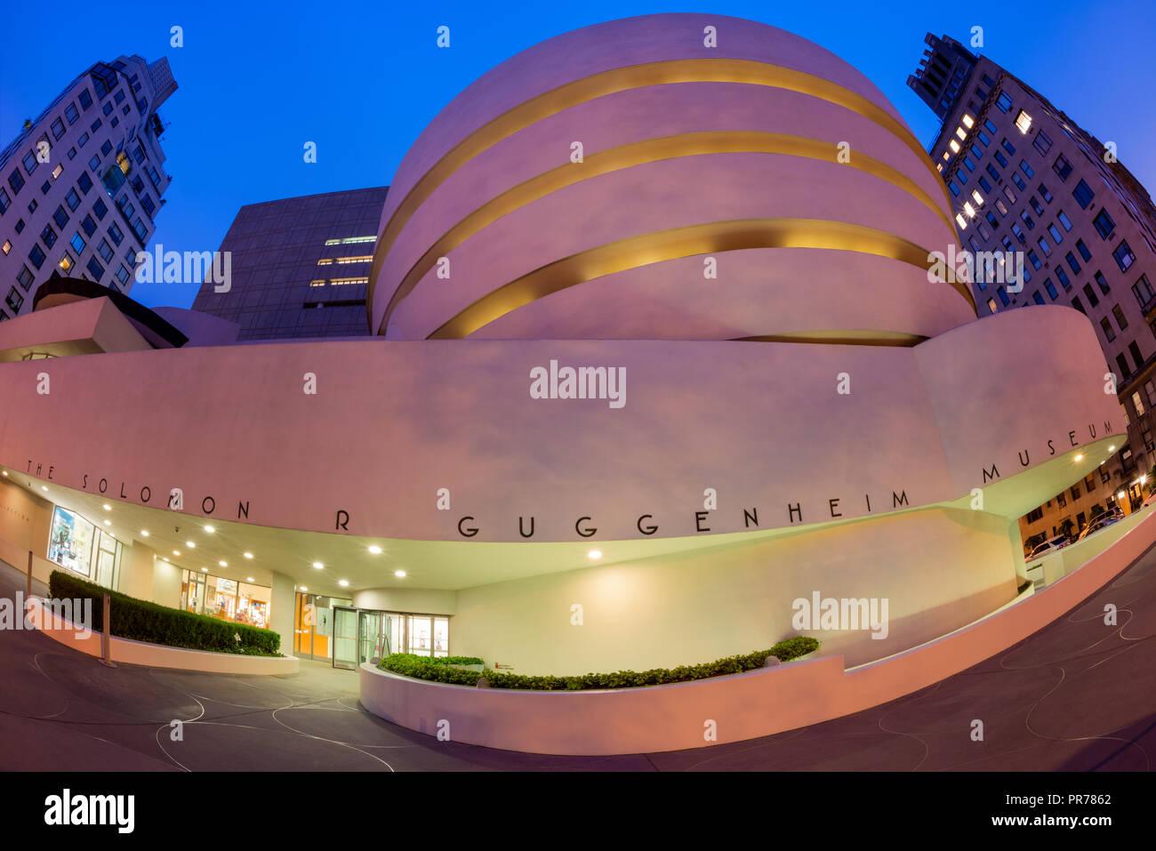 El Solomon R. Guggenheim Museum de arte moderno y contemporáneo en la Quinta Avenida en Manhattan, Nueva York, EE.UU. Foto de stock
