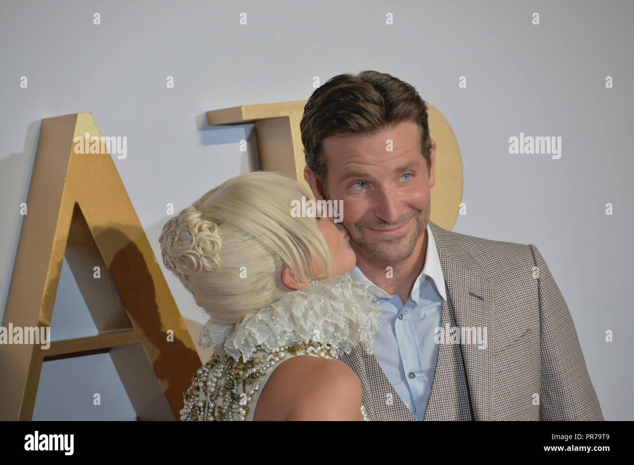 Lady Gaga besa a Bradley Cooper, en la premier de la película de Londres ha nacido una estrella. Foto de stock