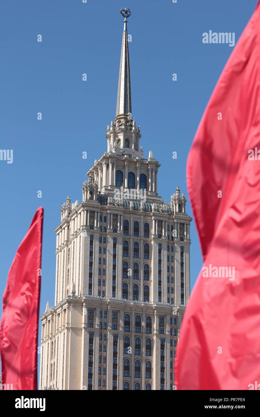 Una de las Siete Hermanas en Moscú, Rusia durante los días feriados nacionales Foto de stock