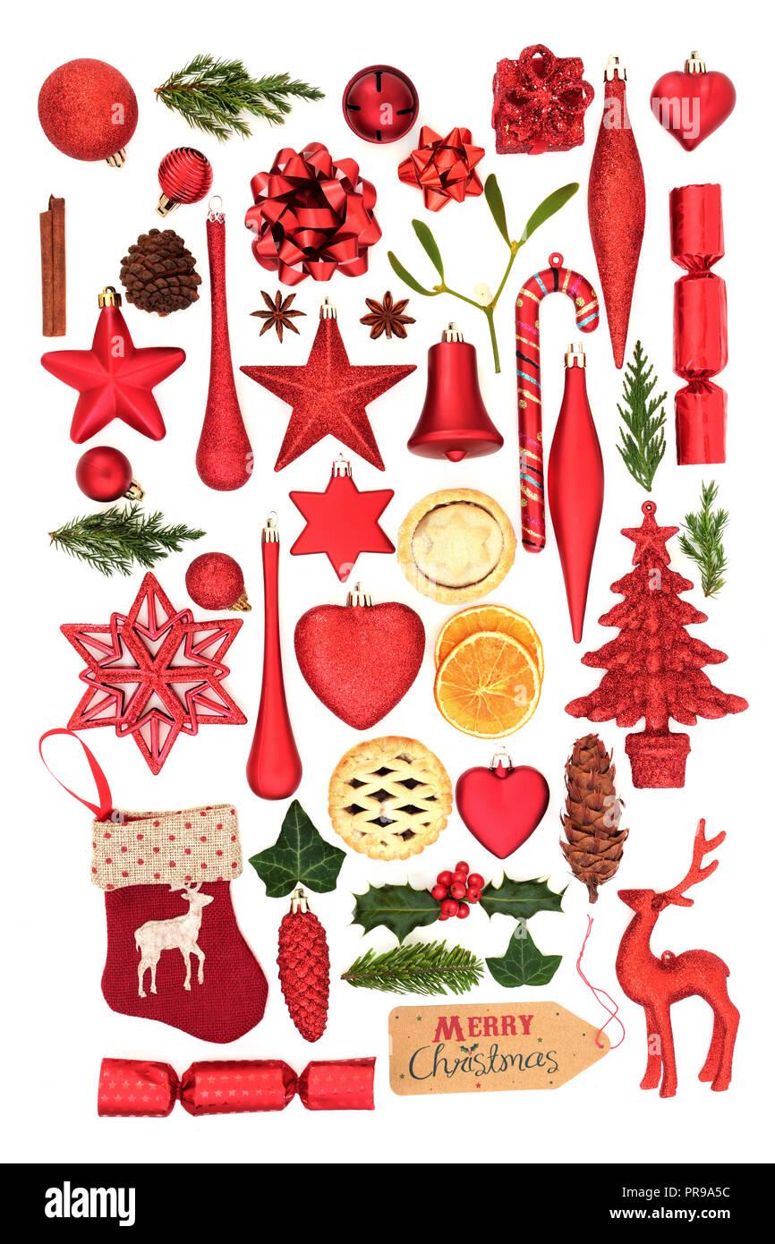 Símbolos de árbol de Navidad con adornos de adorno, invierno flora y alimentarios sobre fondo blanco. Tarjeta navideños para la temporada de vacaciones. Imagen De Stock