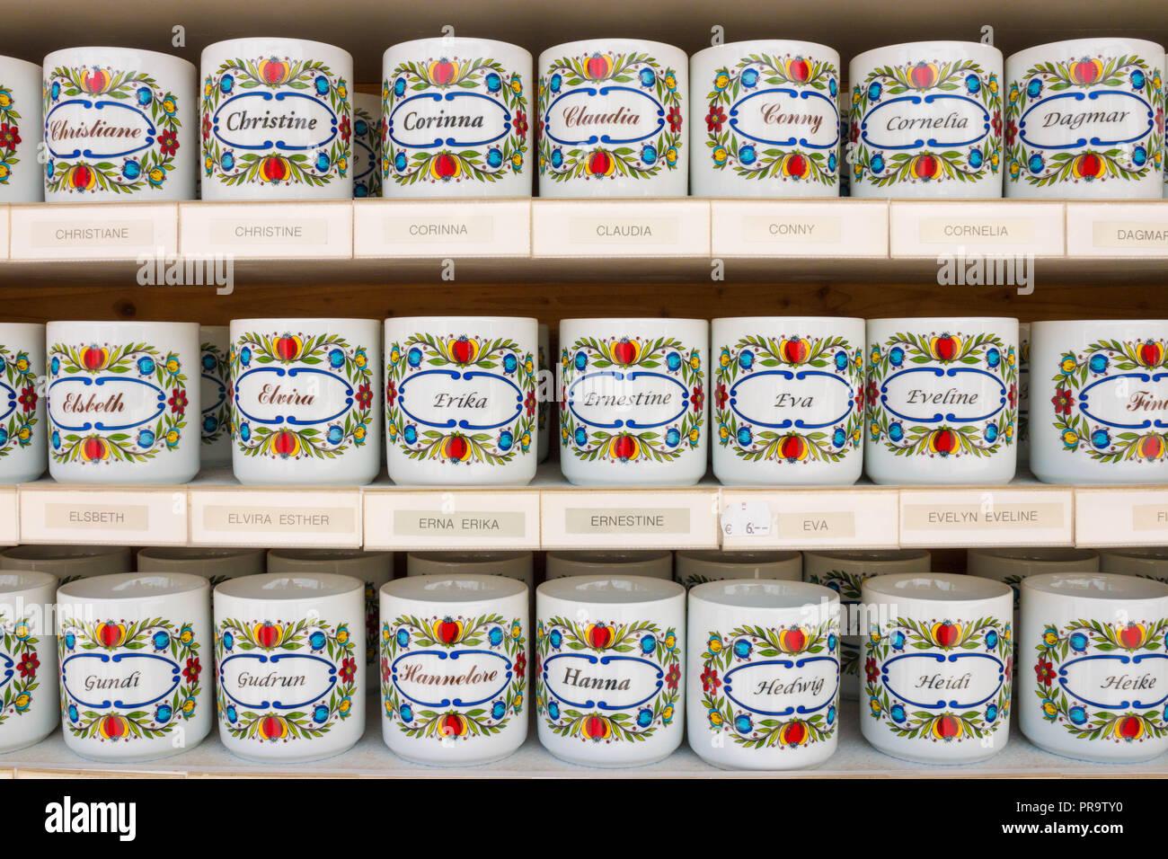 St., Austria - Mayo 22, 2017: tazas de té personalizadas con nombres femeninos en ellos para la venta en una tienda de souvenirs. Imagen De Stock