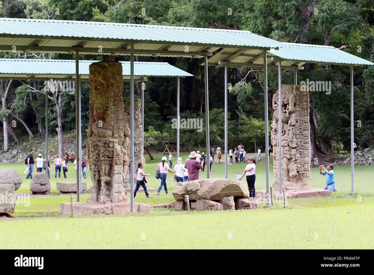 Los turistas visitan el parque de aves Montaña Guacamaya, en las Ruinas de Copán, en Honduras, el 30 de septiembre de 2018. La guacamaya, ave simbólica de los mayas, está en peligro de extinción debido a la aceleración de los daños a su hábitat natural en varias regiones de Honduras, pero en Copan Ruinas de su población, principalmente el rojo, está aumentando poco a poco gracias a un programa de protección se inició en 2001. EFE/Alemán Reyes Imagen De Stock