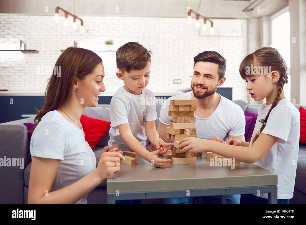 Familia Feliz Jugando A Juegos De Mesa En Casa Foto Imagen De