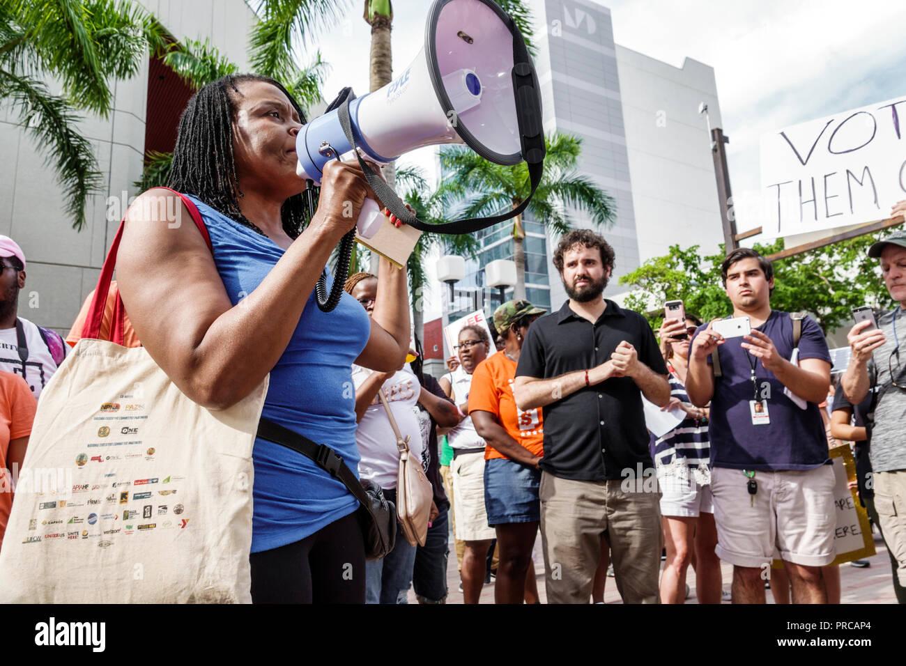 Demostración de Miami Florida demostrando protesta protestando por familias pertenecen juntos niños libres de la inmigración ilegal de la frontera mexicana separati familiar Imagen De Stock
