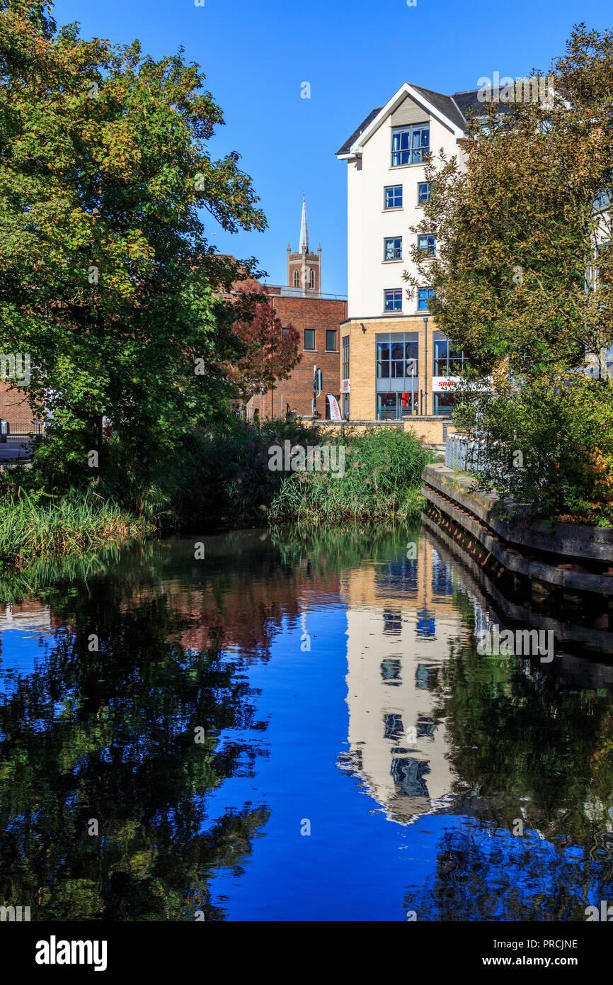 Bishops Stortford a lo largo de la ruta de remolque río stort histórico y pintoresco mercado de la ciudad de Hertfordshire, en el río stort ,el sur de Inglaterra, Reino Unido, Gran Bretaña, UE Foto de stock