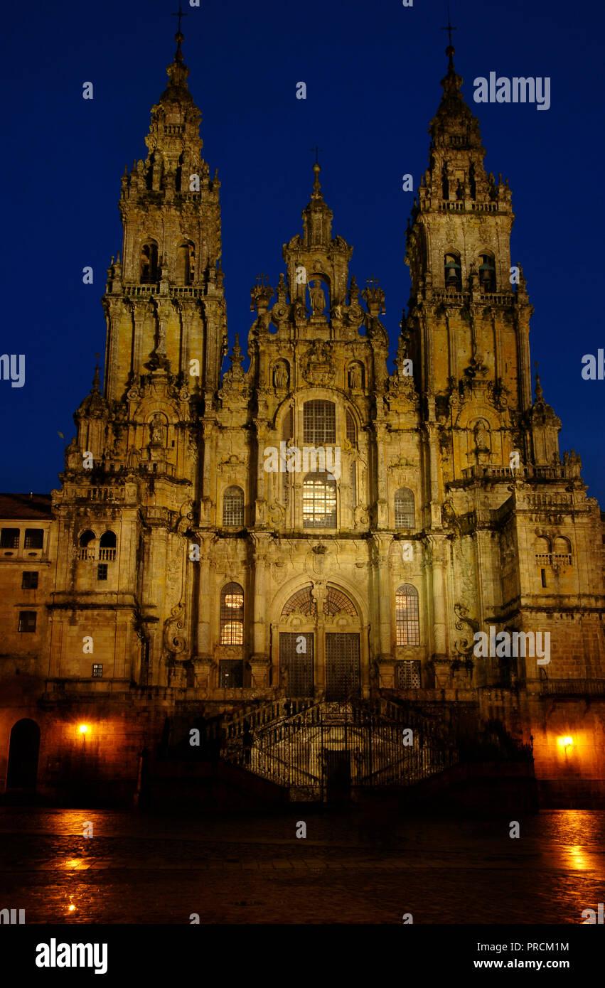 Santiago de Compostela, provincia de La Coruña, Galicia, España. Catedral. Nigth vista de la fachada del Obradoiro. Fue construido en el siglo XVIII, de estilo barroco, diseñado por Fernando de Casas Novoa (¿1670?-1750). Foto de stock
