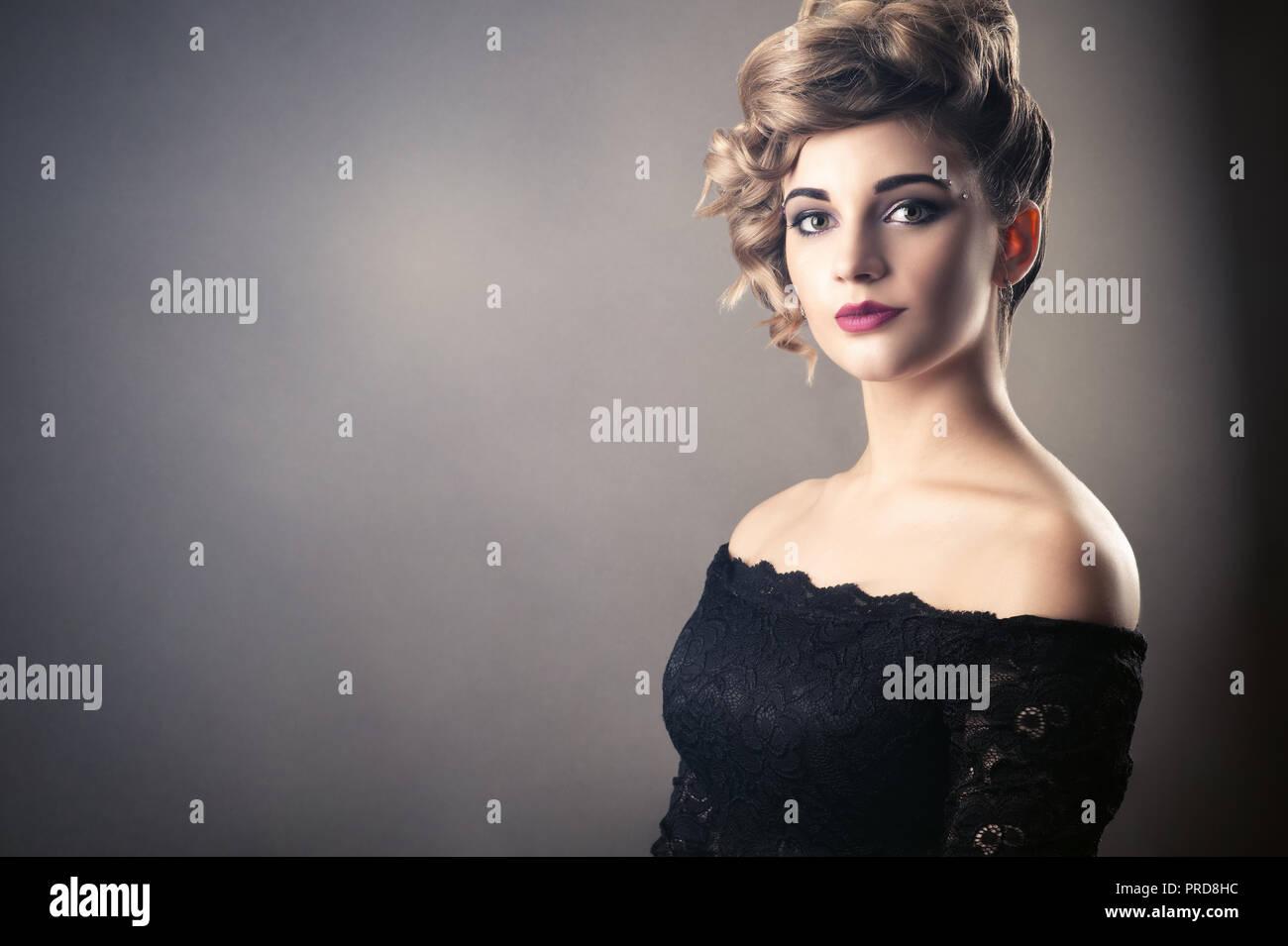 Encantadora Mujer Rubia Con Peinado Retro Foto Imagen De Stock