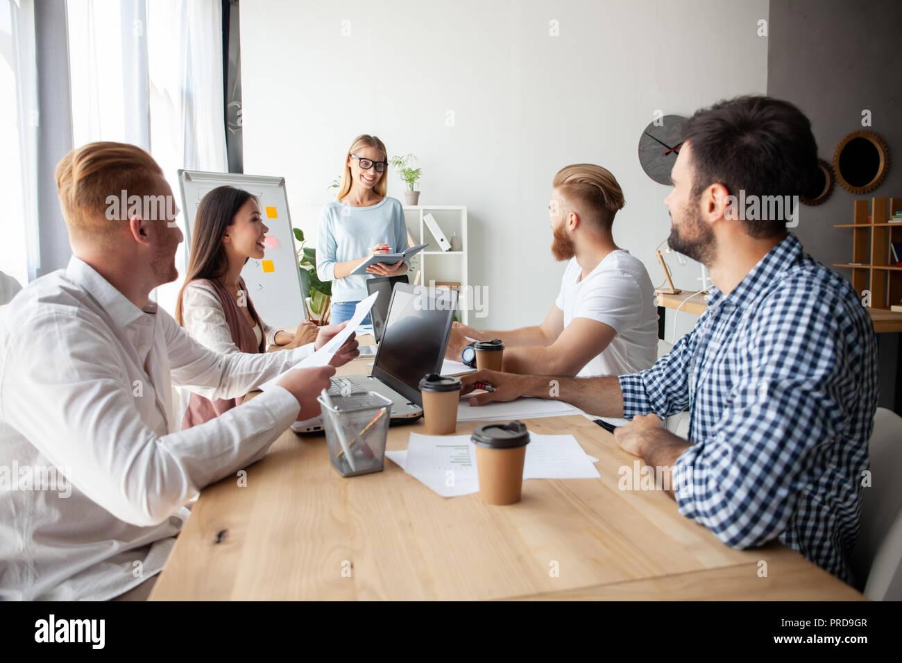 Equipo de colaboradores jóvenes haciendo grandes negocios discusión en la moderna oficina coworking.Trabajo en equipo concepto personas Imagen De Stock