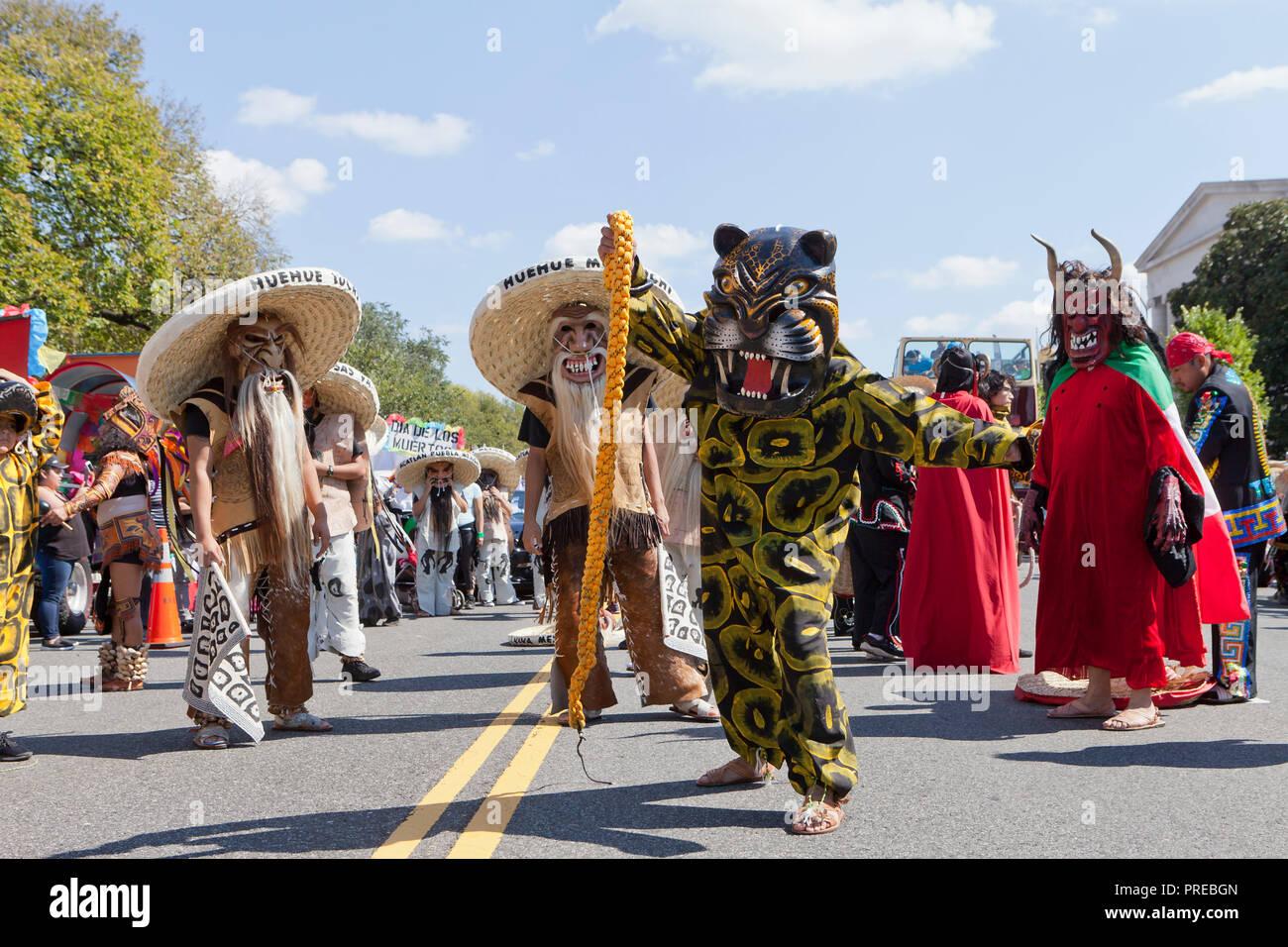 Danza de los Tecuanes (danza folklórica tradicional mexicana) ejecutante en traje de tigre durante 2018 National Latino Festival - Washington, DC, EE.UU. Imagen De Stock