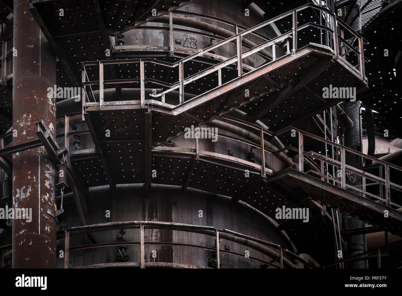 Ostrava, República Checa - Agosto 21, 2018: la planta de limpieza de gases Lurgi en menor Vitkovice, un sitio nacional de patrimonio industrial que consta de un único Foto de stock