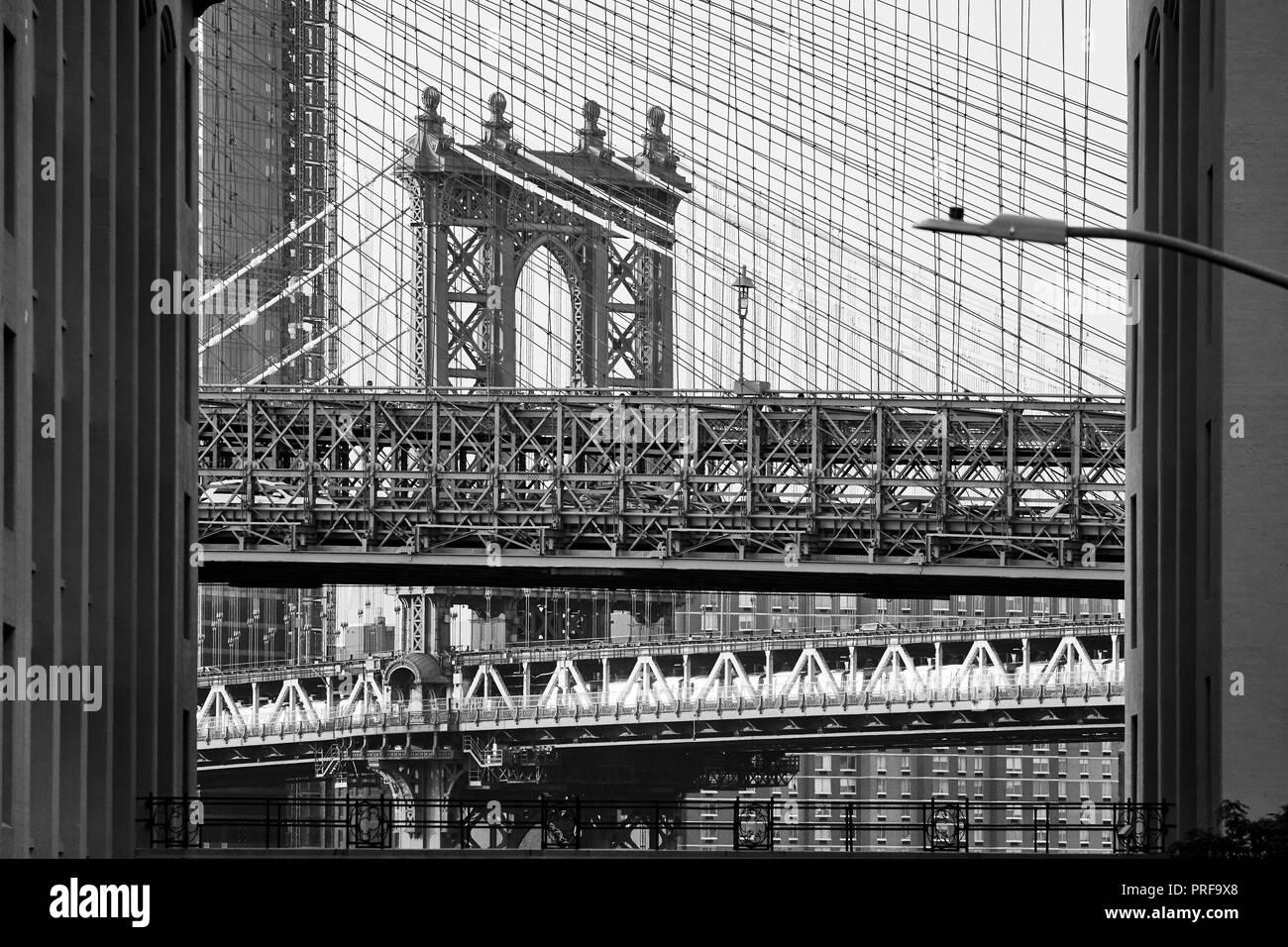 Fotografía en blanco y negro del Puente de Brooklyn y Manhattan en un fotograma, la ciudad de Nueva York, EE.UU. Foto de stock