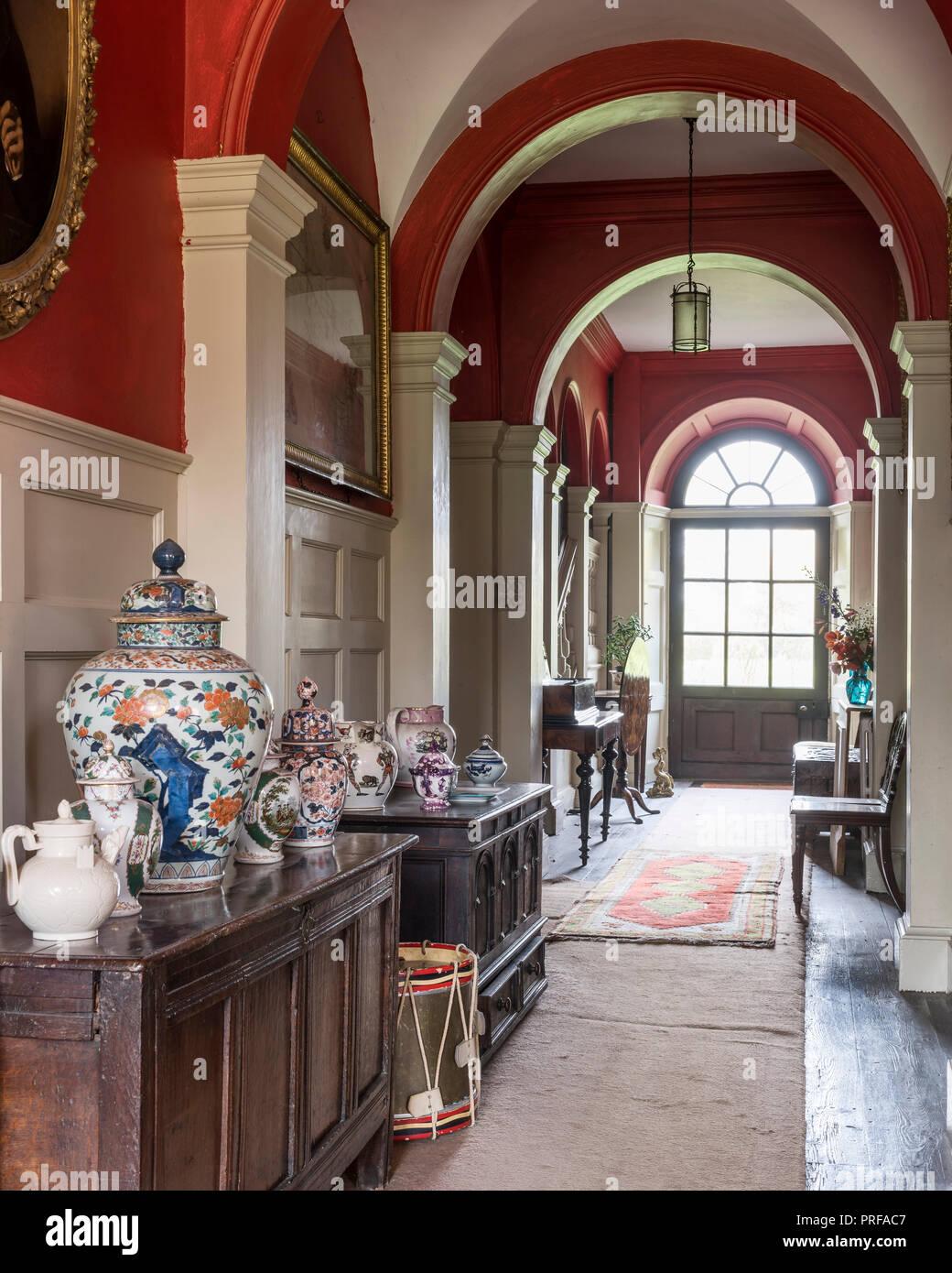 Rojo corredor georgiano arqueada revestido con porcelana oriental y  cerámica decorativa Imagen De Stock b961efa74470