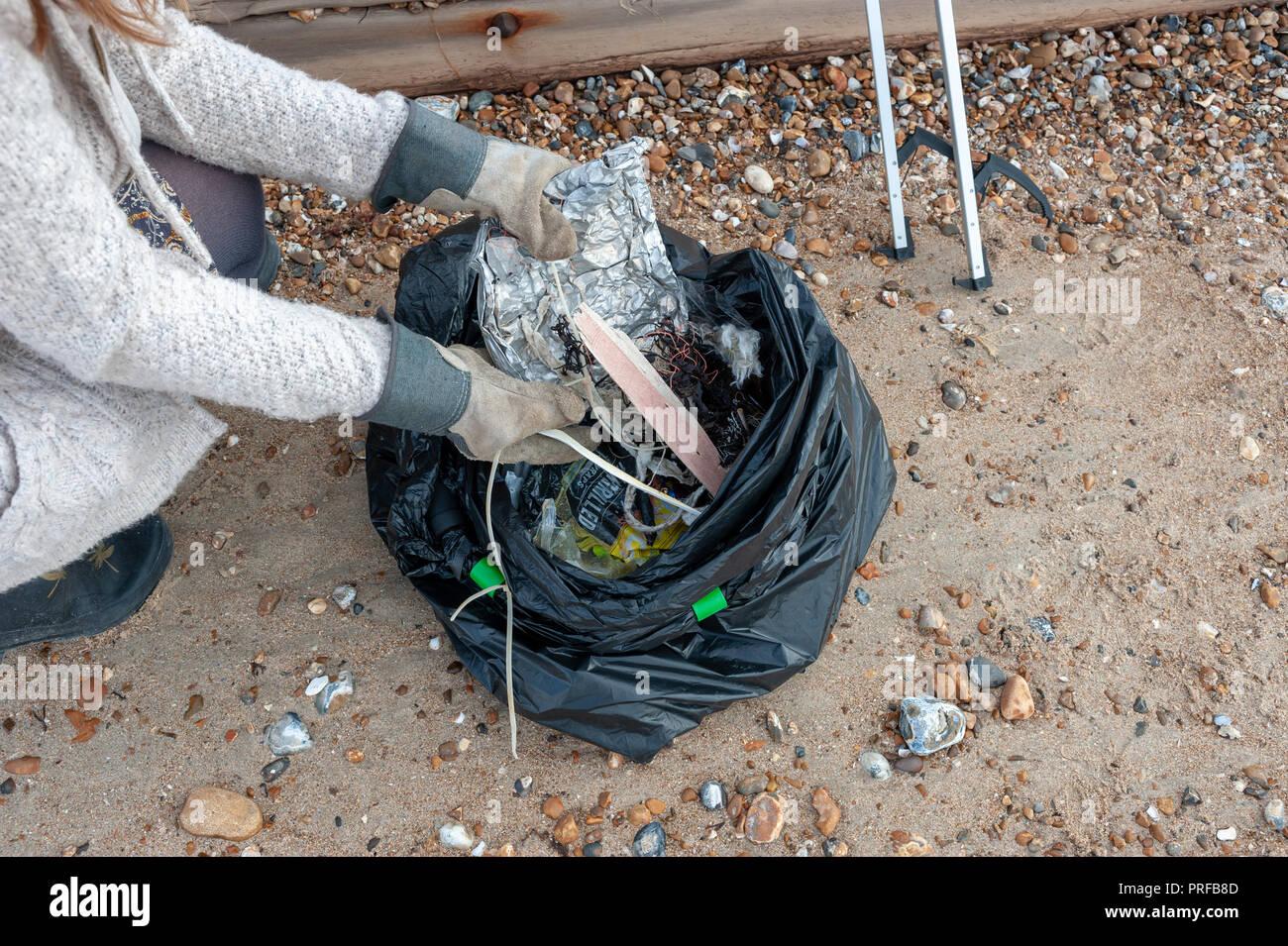 De Y Una Recogidos Plástico Desechos Mujer Pone Guantes Basura Con 6xtxC