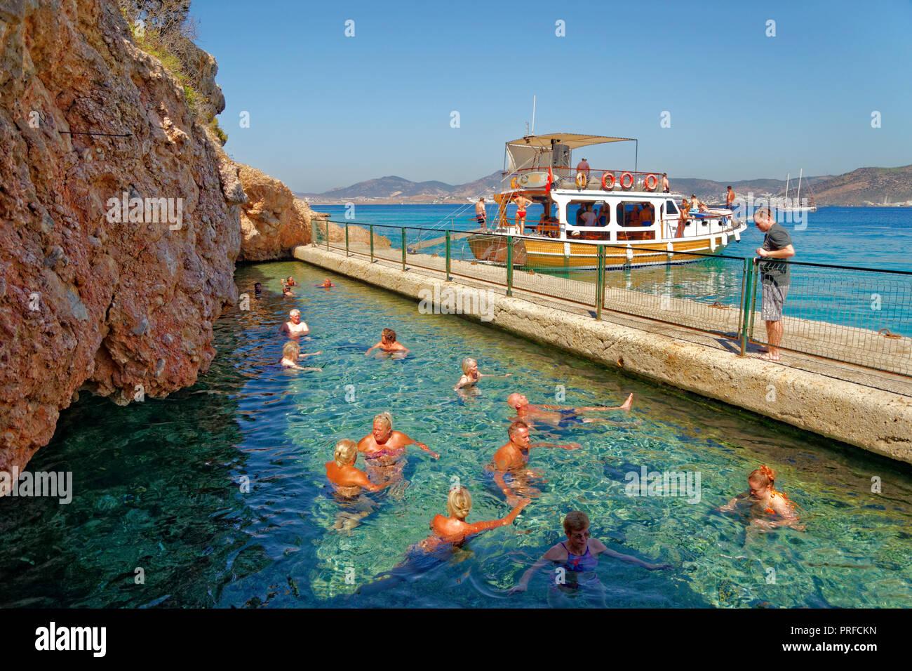 Cleopatra's Cave y piscina de aguas termales en Isla Negra enfrente de la ciudad de Bodrum, en la provincia de Mugla, Turquía. Foto de stock