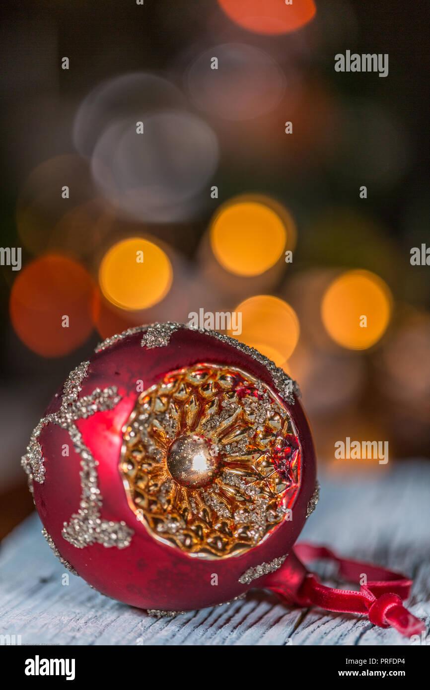 3a62aa94e9f Adornos de Navidad único sobre la mesa de madera y luces eléctricas  antecedentes Imagen De Stock