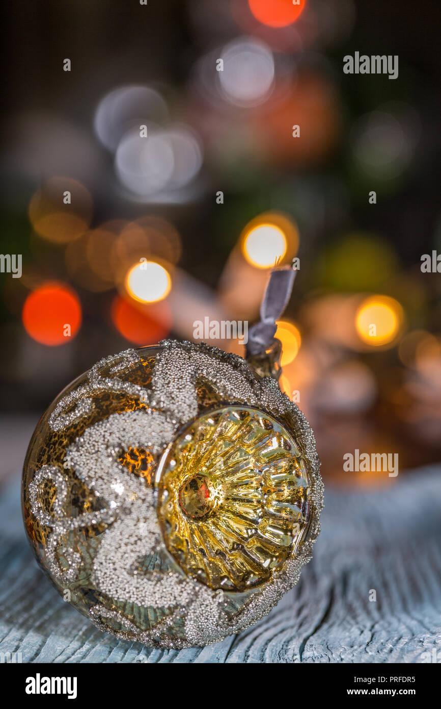 76a1960fba2 Uno de adornos de Navidad en la mesa de madera y luces eléctricas  antecedentes Imagen De