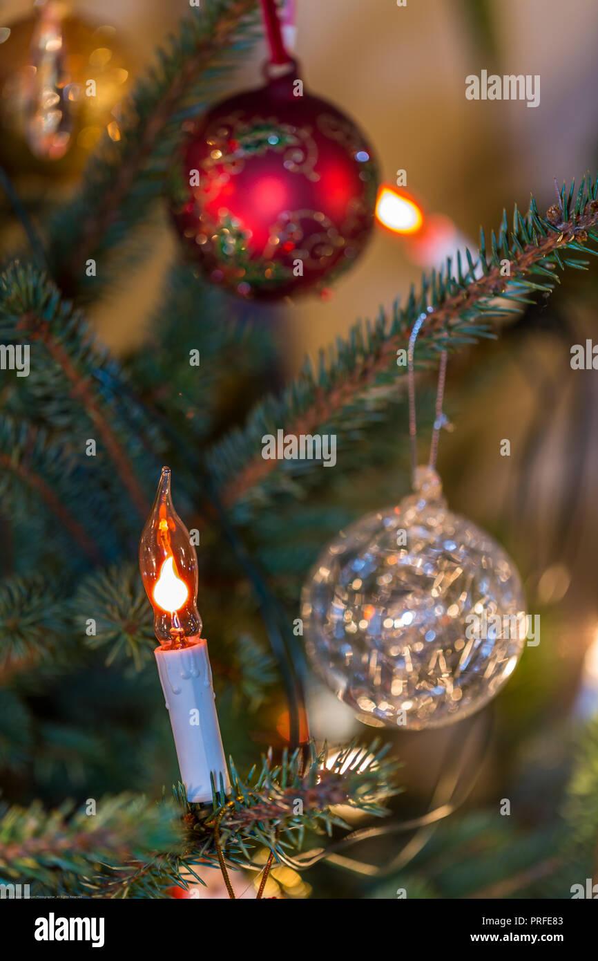 440ff6b0fa4 Navidad velas eléctricas y chucherías en la rama de abeto y luces  antecedentes Imagen De Stock