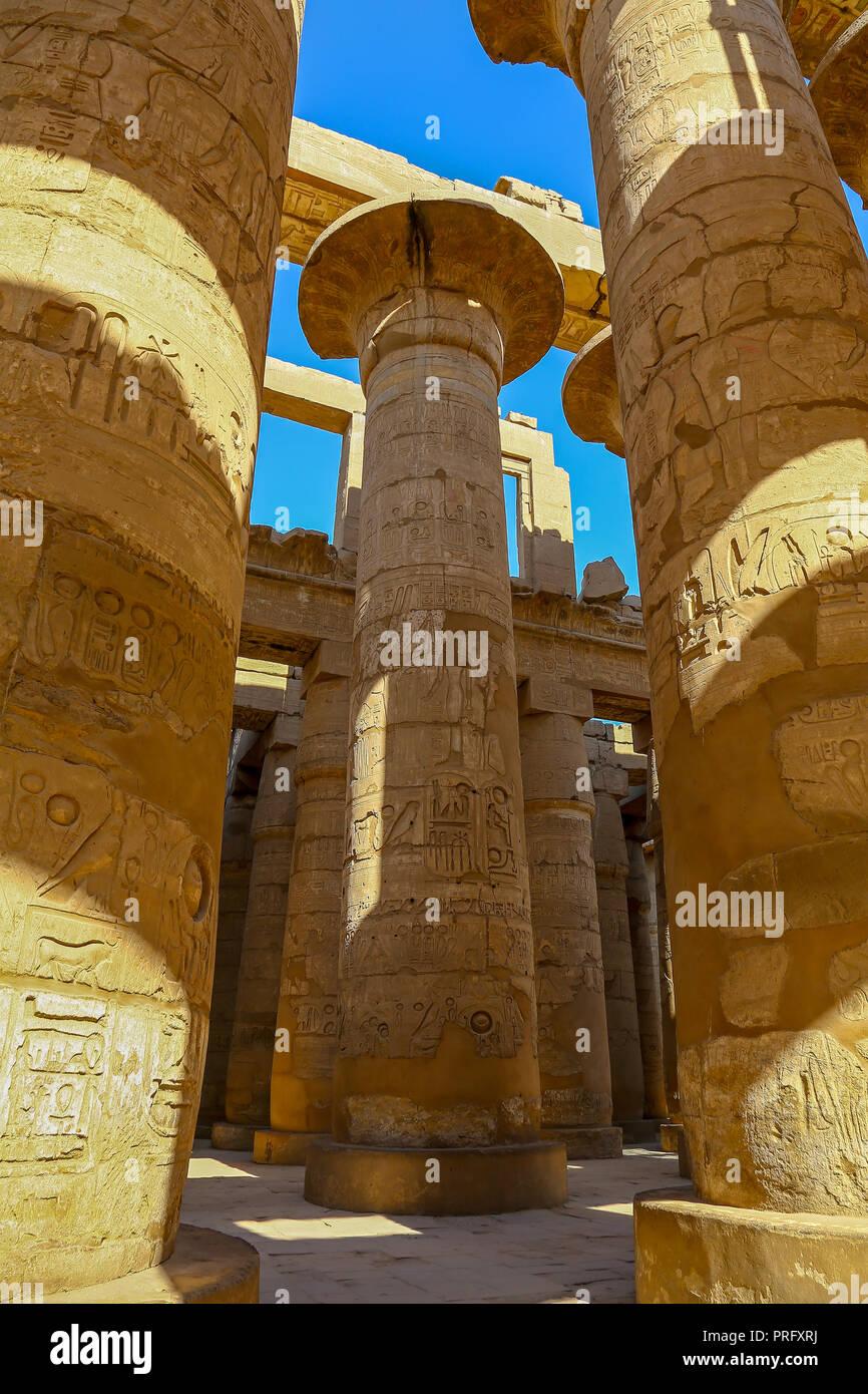 La sala hipóstila salen en el templo de Amón en el complejo del templo de Karnak, también conocido como el Templo de Karnak, en Tebas, Luxor, Egipto Imagen De Stock