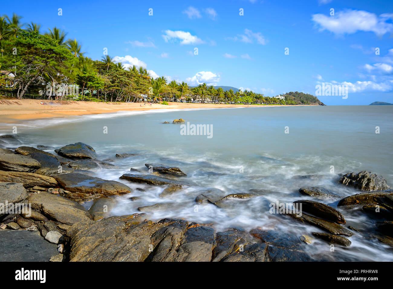 Las olas en la escénica de Trinity Beach, exóticas playas del norte de Cairns, Far North Queensland, FNQ, Queensland, Australia Imagen De Stock