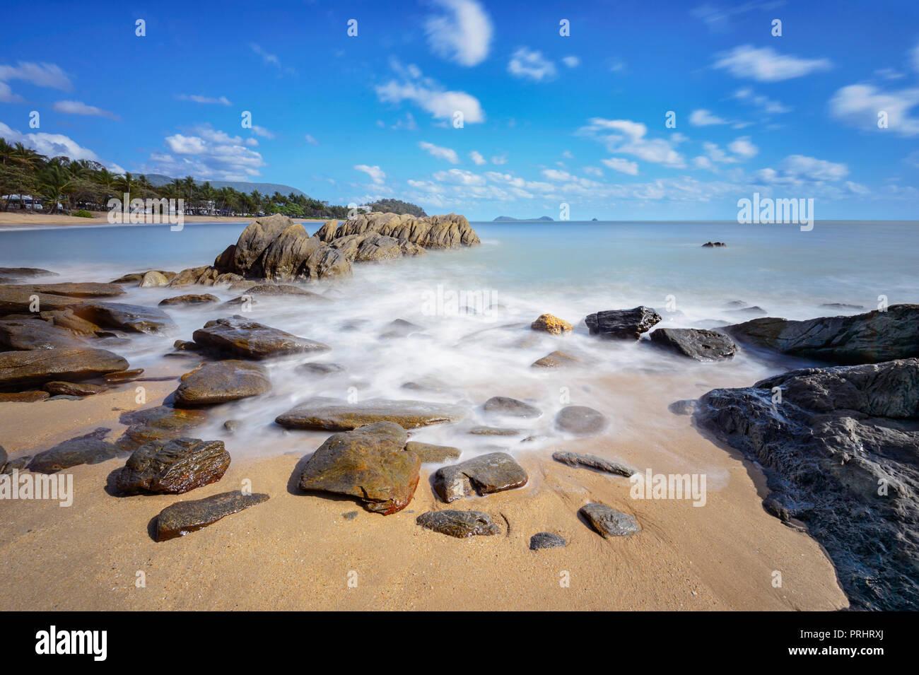 Suaves olas de desenfoque de movimiento escénico en Trinity Beach, exóticas playas del norte de Cairns, Far North Queensland, FNQ, Queensland, Australia Foto de stock