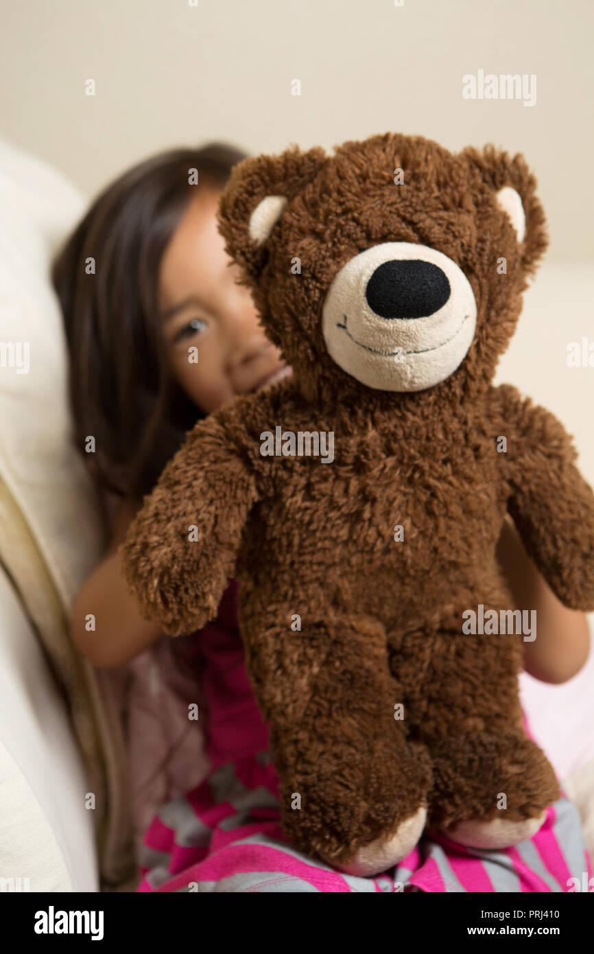 Cute Little Girl abrazando a su oso. Imagen De Stock