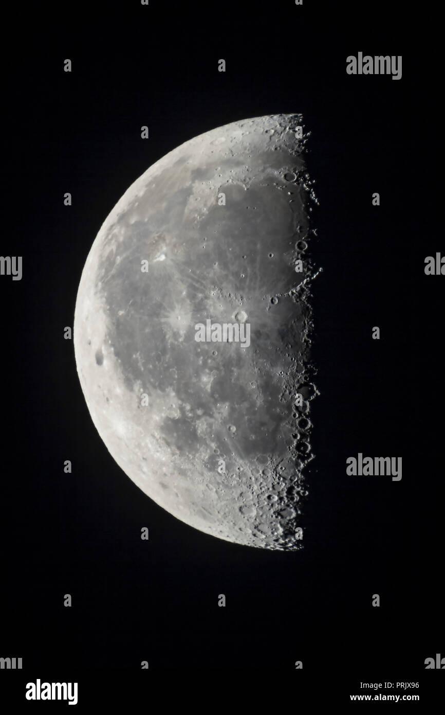 Los 21 días de edad Último Cuarto menguante Luna con el refractor ...