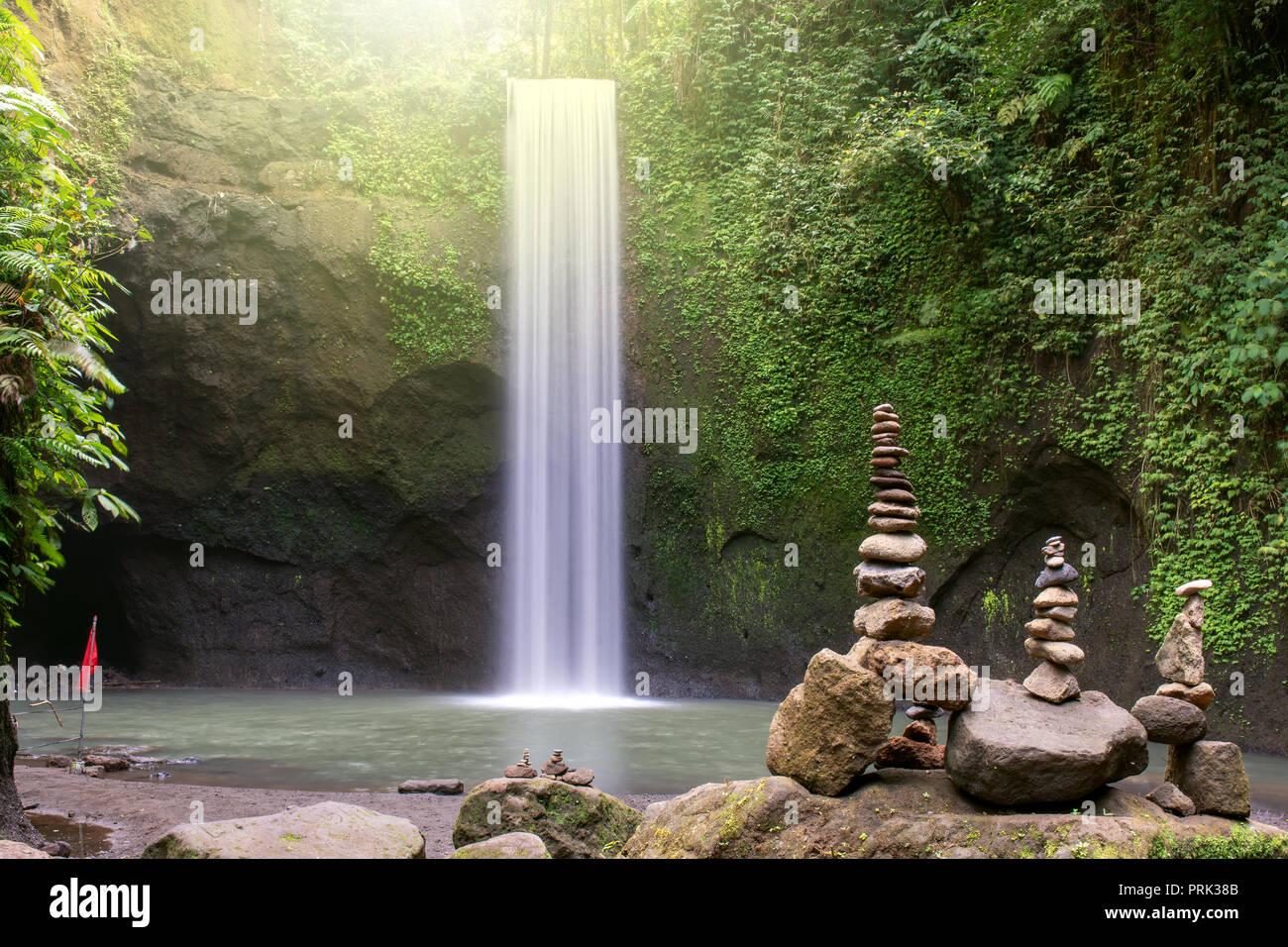 Hermosa cascada Tibumana en Bangli, Bali, Indonesia Foto de stock