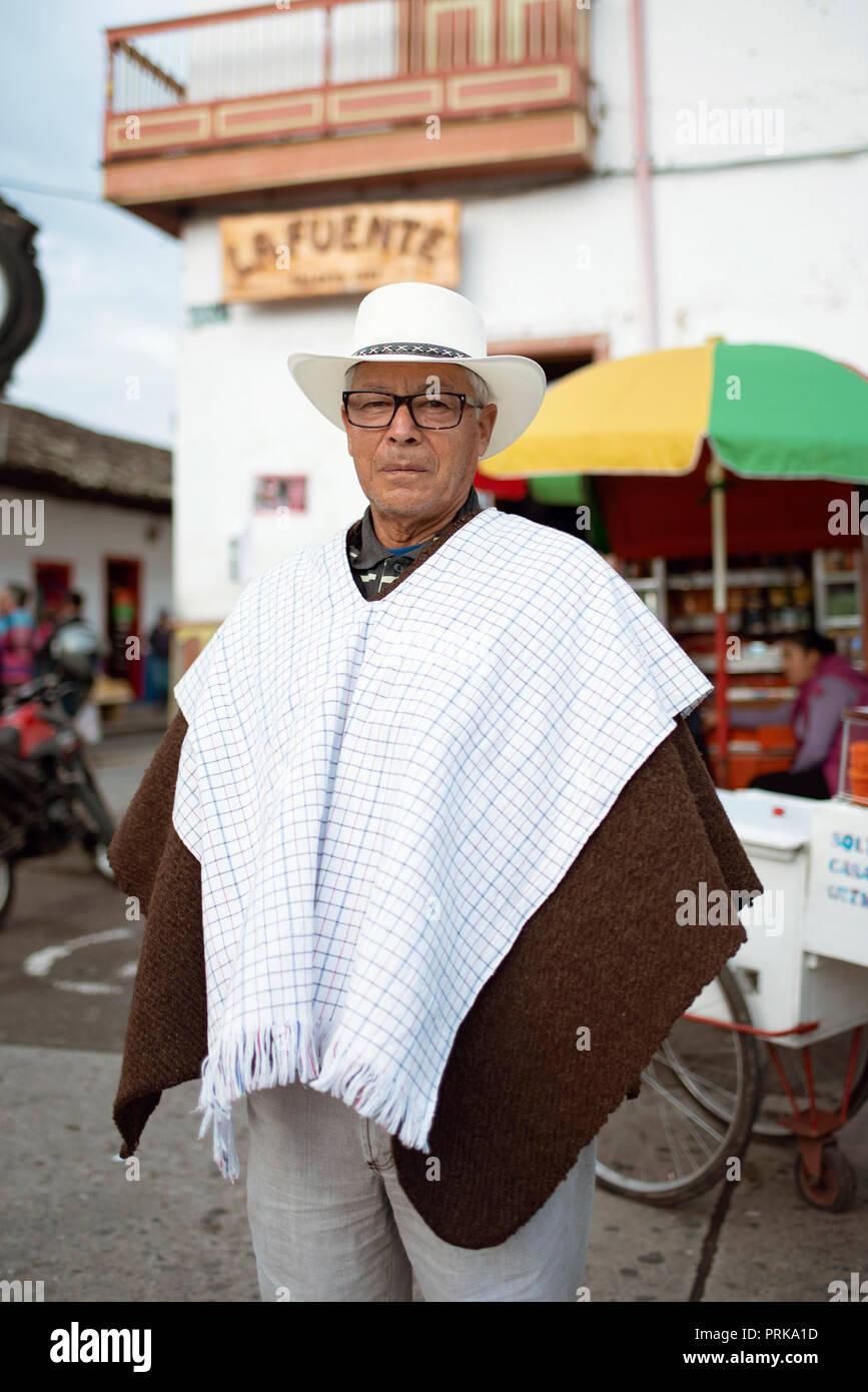 Close Up retrato de un hombre colombiano no identificado vistiendo un poncho-style   ruana f1eb2cdd141