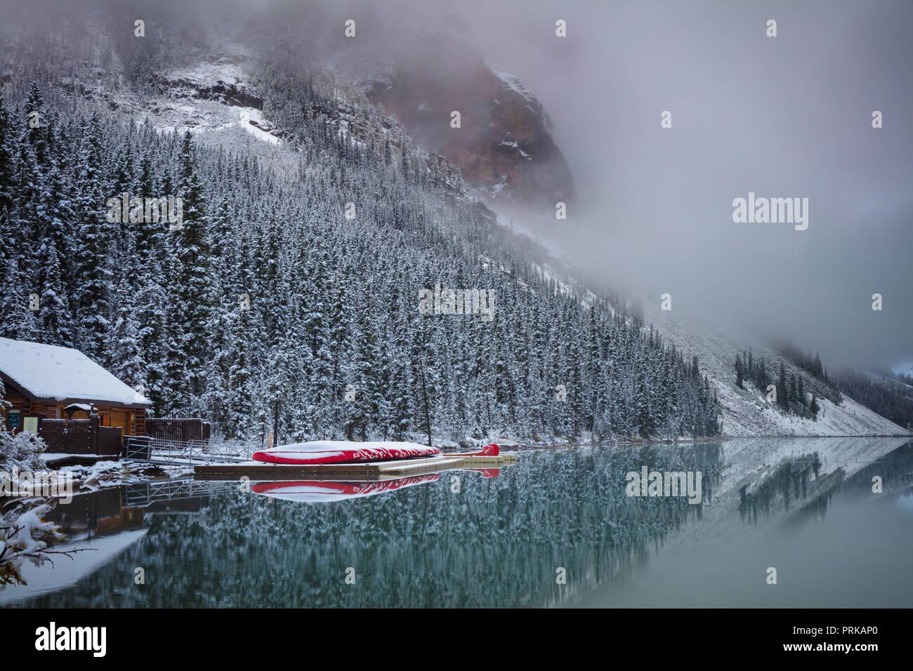El lago Louise es un lago glacial en el Parque Nacional Banff, en Alberta, Canadá. Imagen De Stock