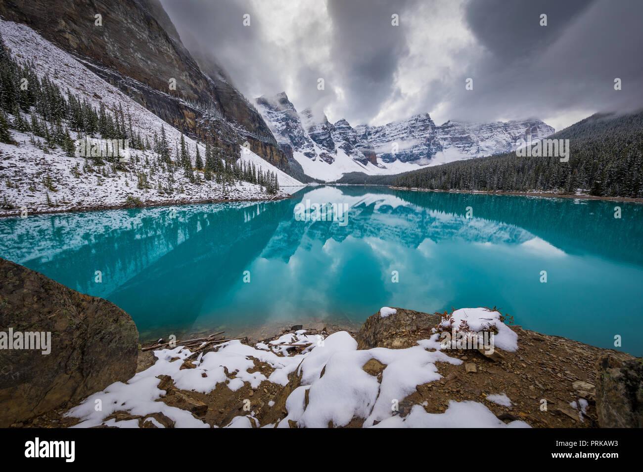 El Lago Moraine es un lago glacial y alimentado en el Banff National Park, a 14 km (8,7 millas) a las afueras del pueblo de Lake Louise, Alberta, Canadá. Foto de stock