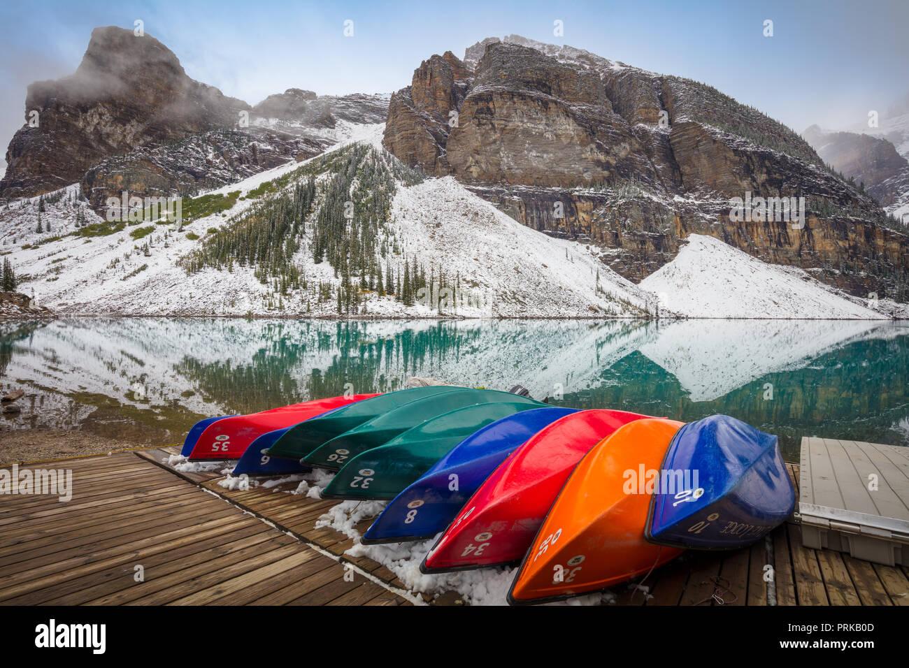 El Lago Moraine es un lago glacial y alimentado en el Banff National Park, a 14 km (8,7 millas) a las afueras del pueblo de Lake Louise, Alberta, Canadá. Imagen De Stock