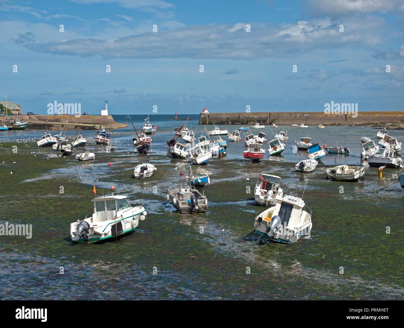 La marea baja en el puerto de Barfleur, Normandía Foto de stock