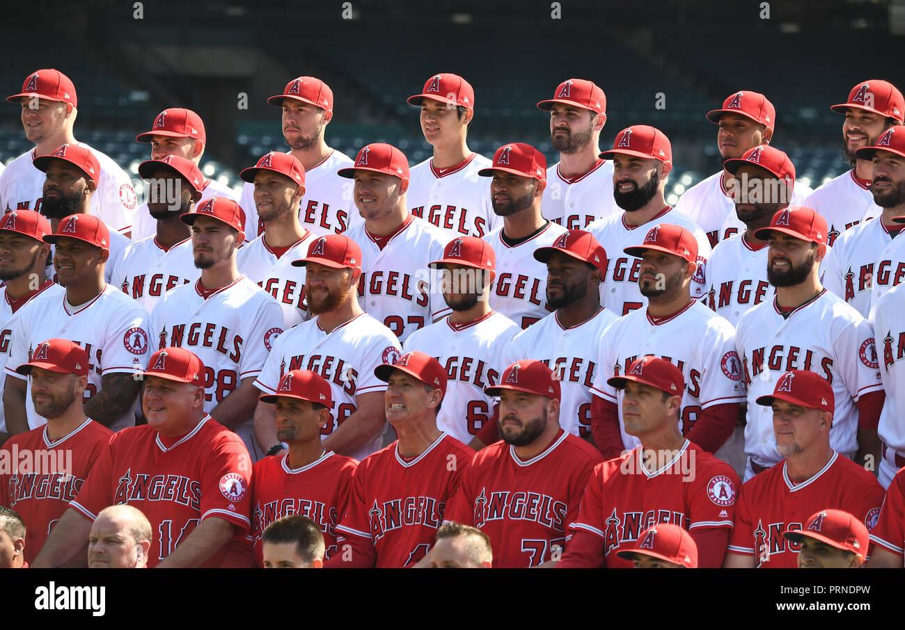 a027da8ffe9dc Los Ángeles jugadores y entrenadores posan para la foto del equipo antes  del juego del béisbol ...