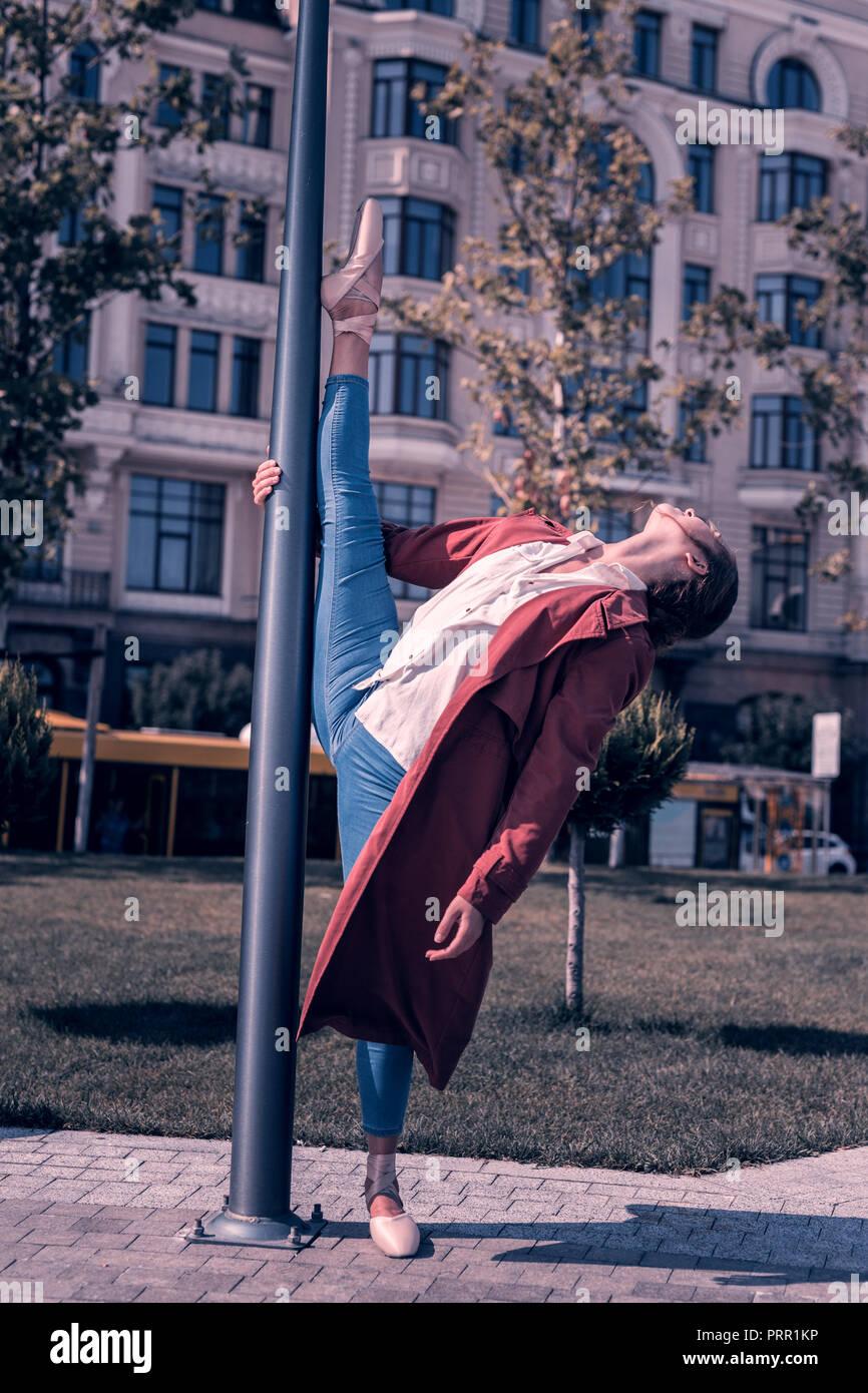 Personal profesional joven bailarina, desarrollando su flexibilidad Imagen De Stock