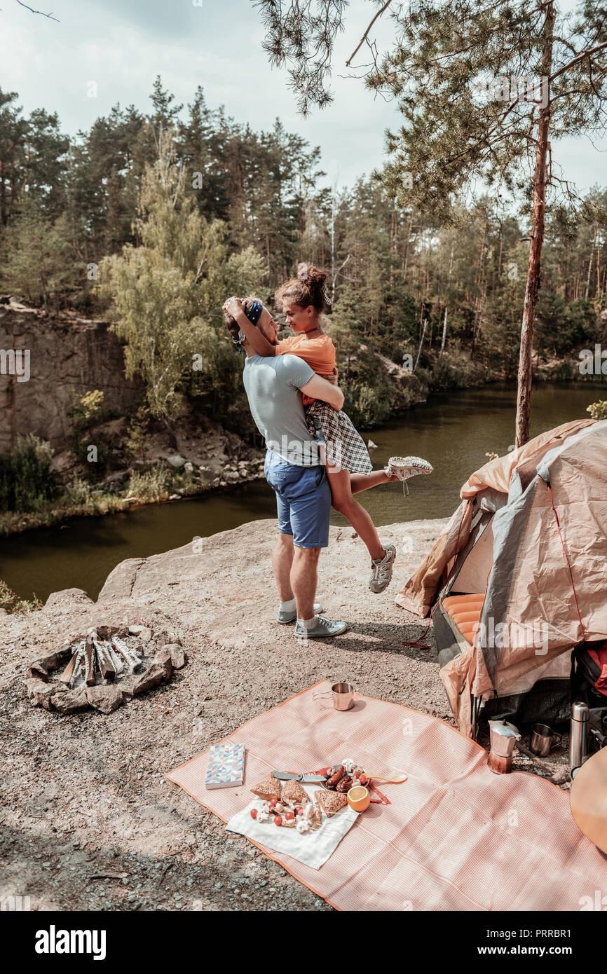 Rubio barbudo hombre bailando con su mujer oferta cerca de la carpa y el lago Imagen De Stock
