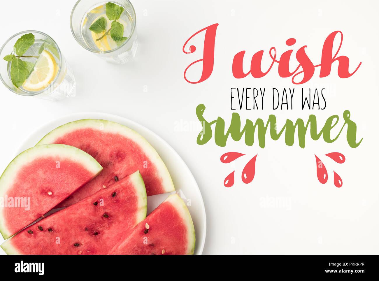 """Vista superior de rebanadas de sandía en la placa y la limonada en vasos, con """"deseo cada día era verano' rotulación Imagen De Stock"""