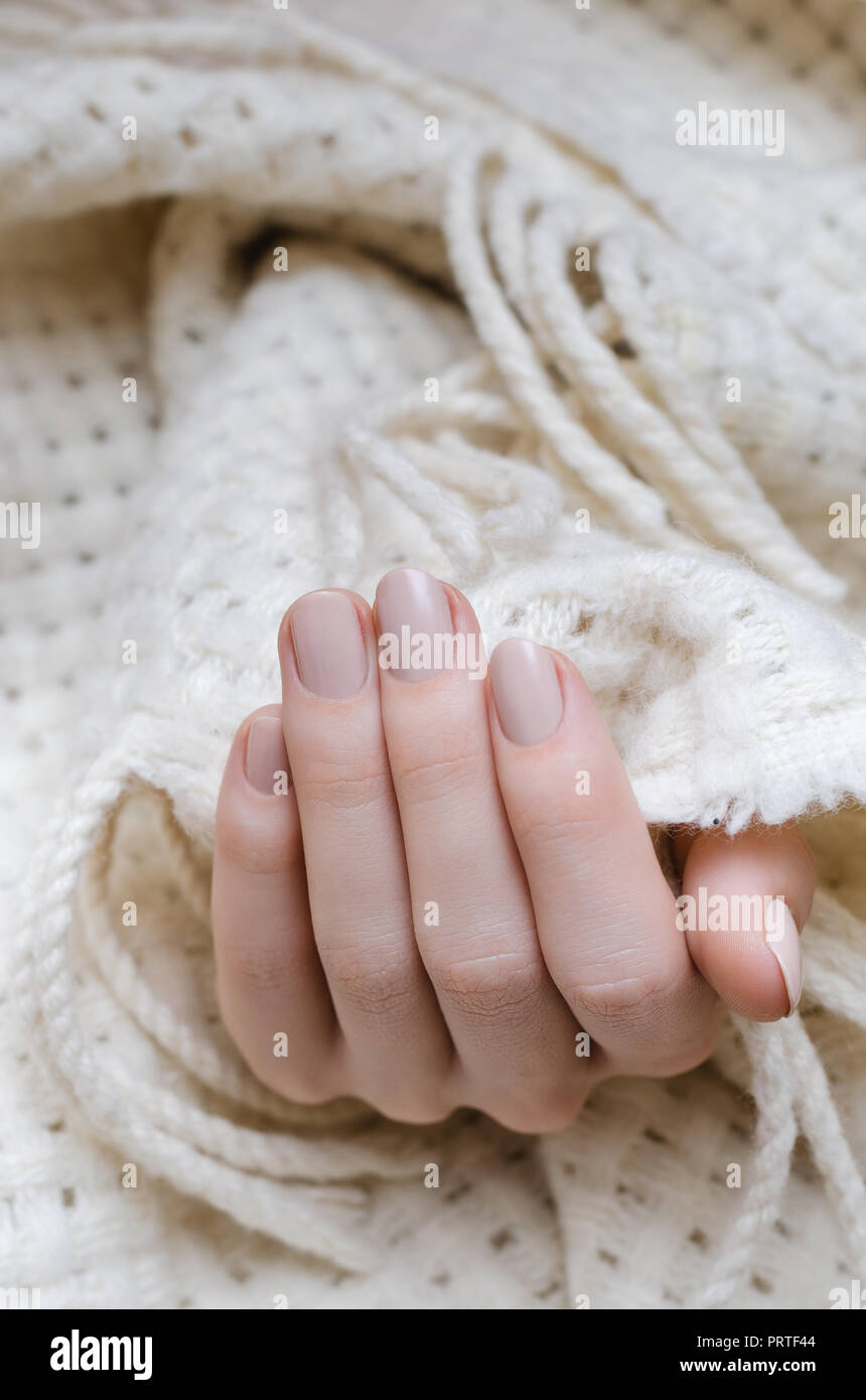 Mujer Hermosa Mano Con Diseño De Uñas De Color Beige Foto