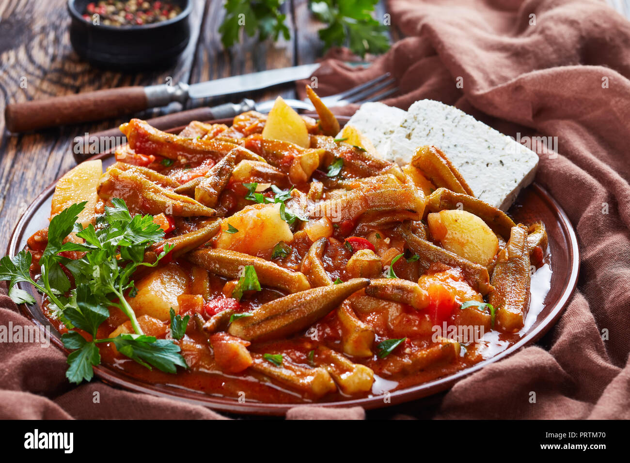 Quimbombó Guisado Con Tomate Y Patatas Servido Con Queso