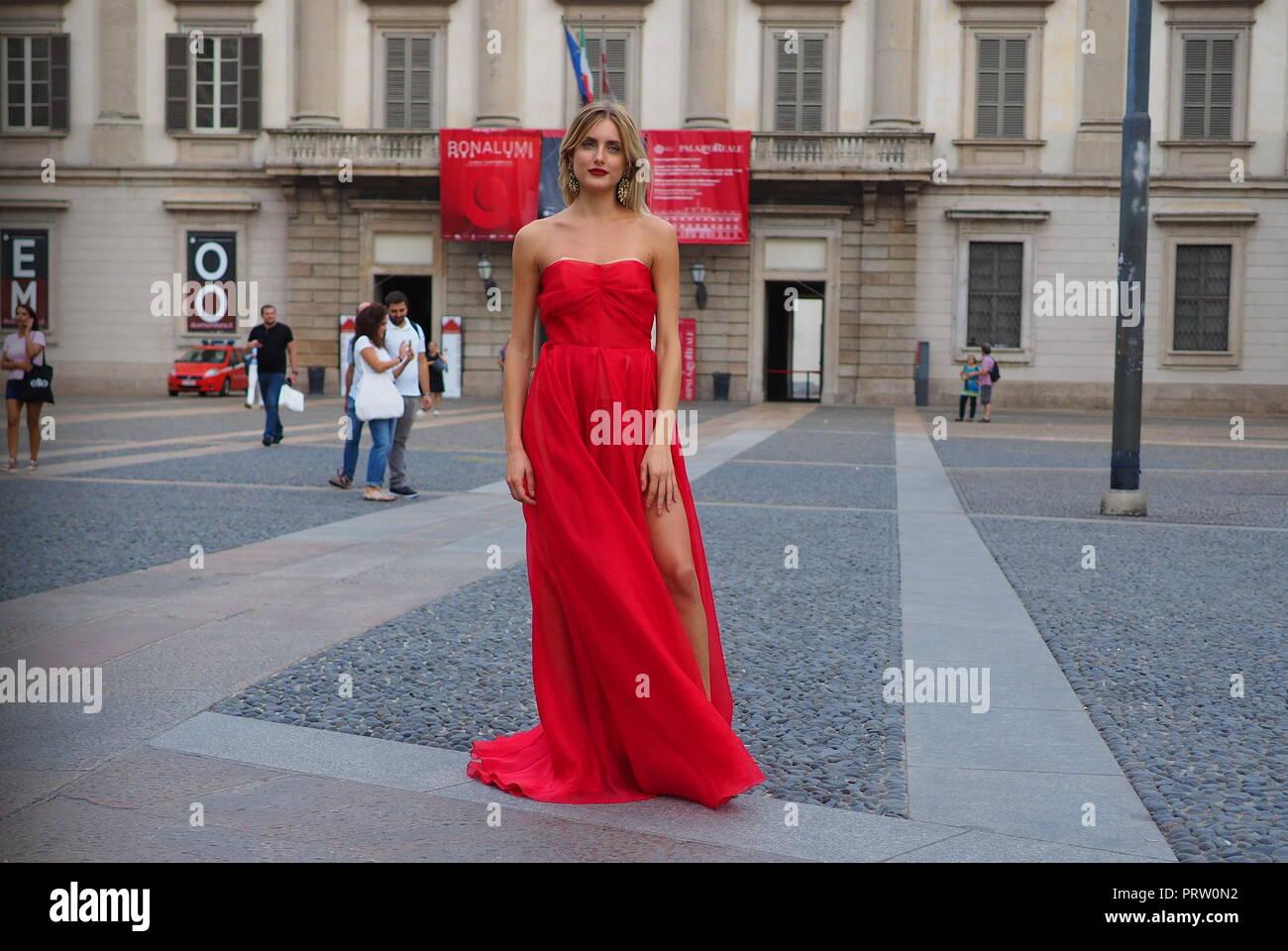 Milán, Italia: Septiembre 21, 2018: modelo posando para los fotógrafos en la plaza del Duomo después del acto 1 Fashion show durante la MFW Foto de stock