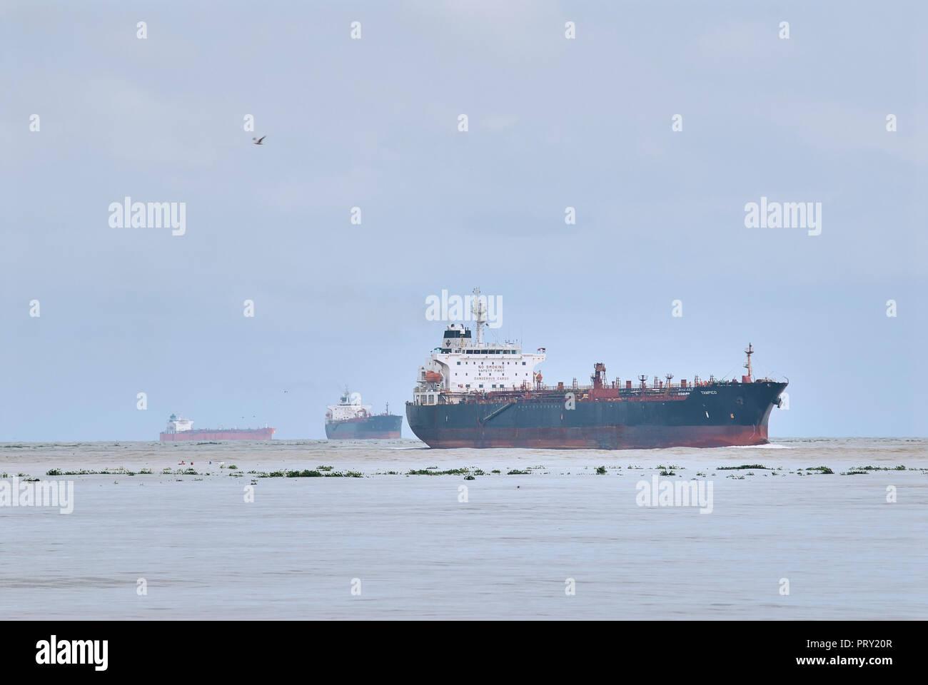 """COATZACOALCOS, VER/México - Septiembre 28, 2018: """"Tampico"""" buque cisterna para productos químicos y petróleo entra en el río a los pajaritos terminal logística Foto de stock"""