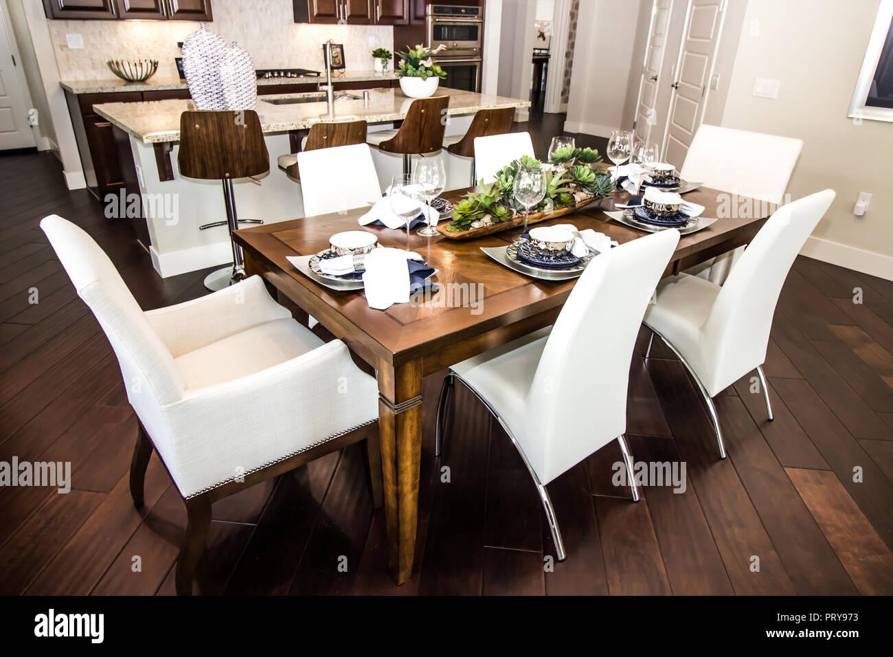 Mesa de comedor y sillas de cocina moderna Foto & Imagen De ...