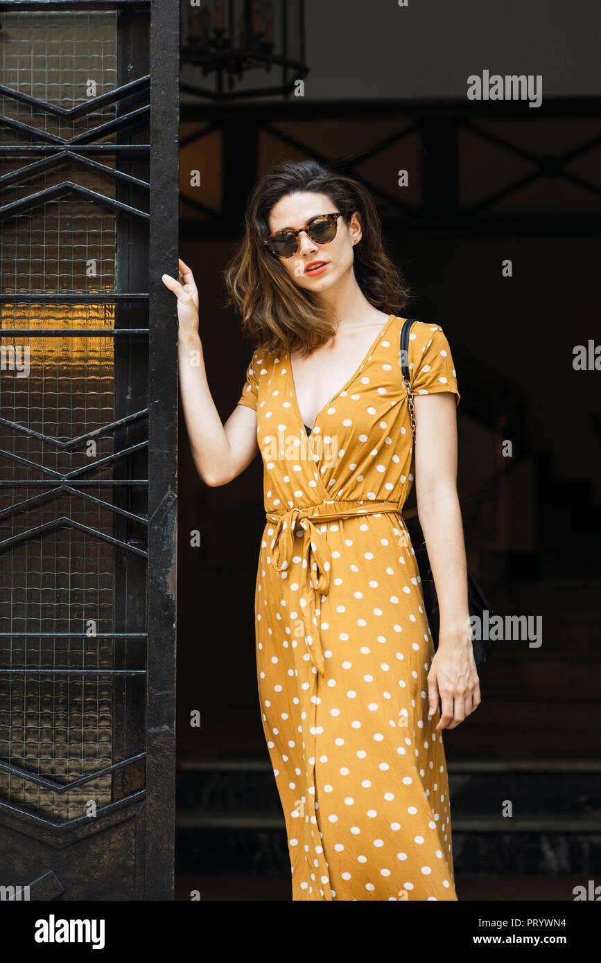 189affd7b Vestido Amarillo Imágenes De Stock & Vestido Amarillo Fotos De Stock ...