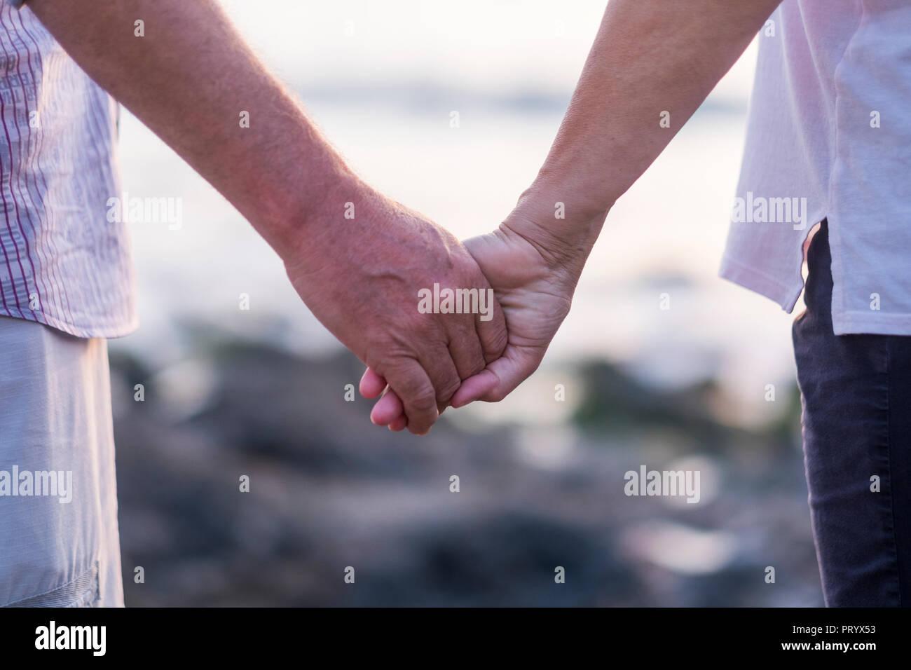 Concepto de vacaciones, turismo, viajes y personas - feliz pareja senior cogidos de la mano. Momento de relajación y serenidad con amor foreverness ethernal Foto de stock