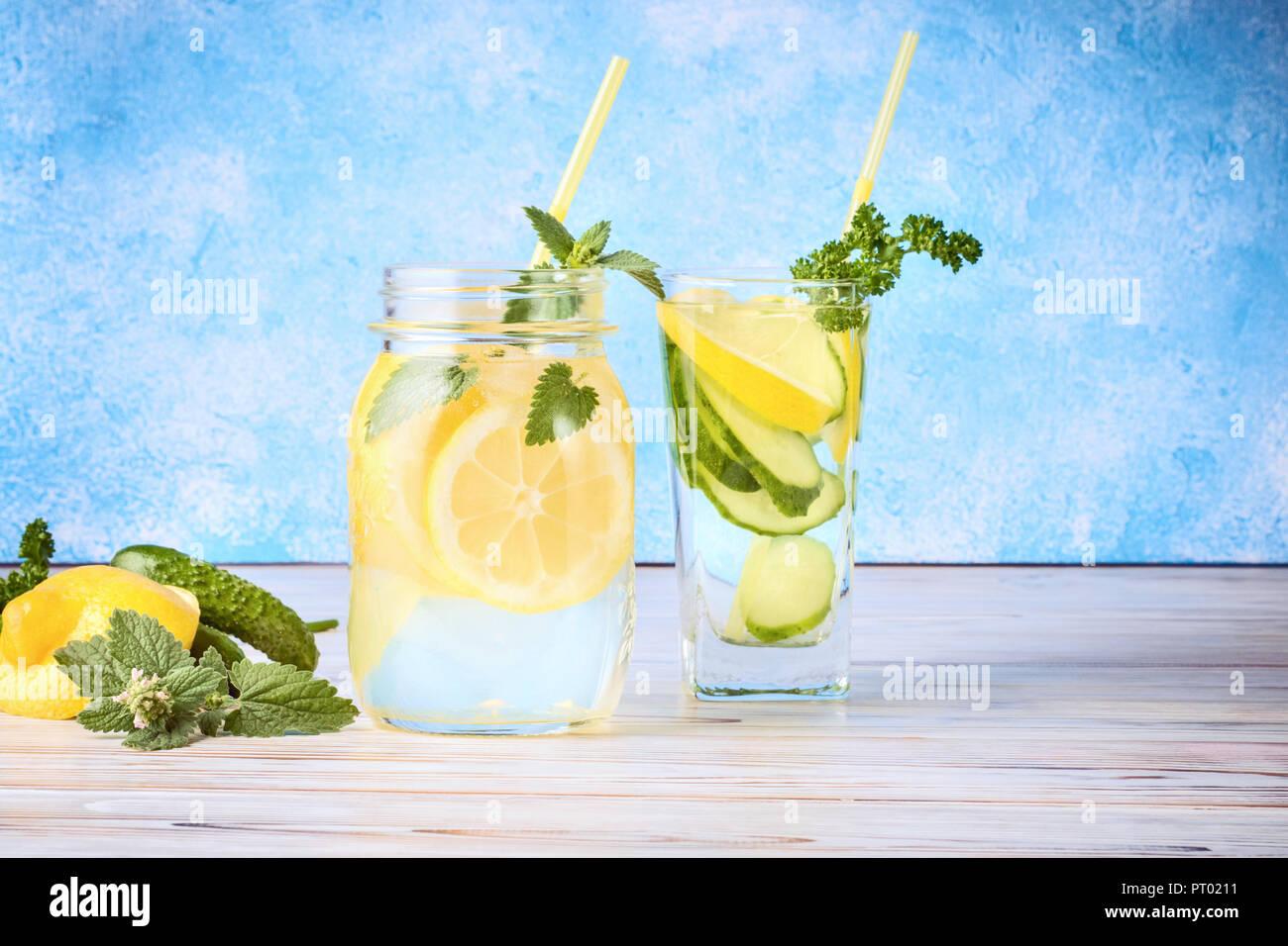 Conjunto de dos bebidas de desintoxicación dieta popular de purificación de agua de pepino antioxidante y limonada con hojas de menta, concepto de comida casera Imagen De Stock