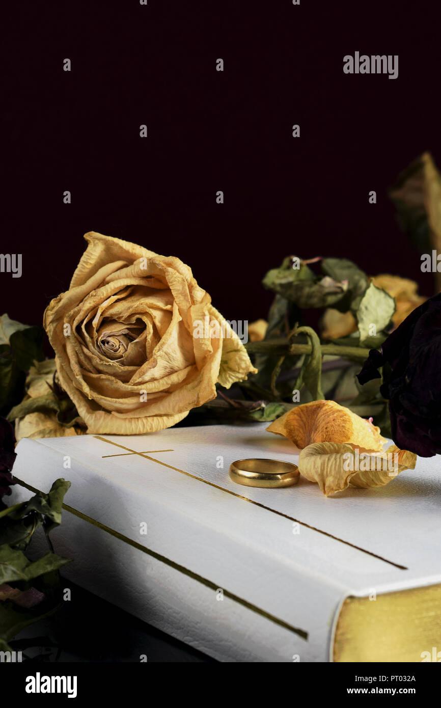 El Matrimonio Santa Biblia : La santa biblia blanca un anillo de bodas y rosas en seco