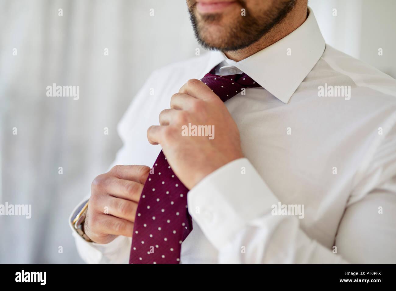 El hombre ajustando su corbata Foto de stock