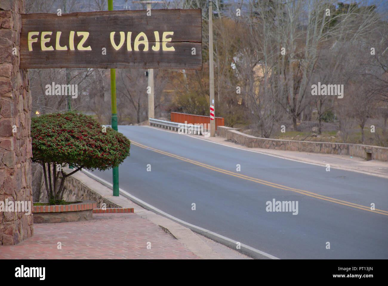 """Feliz viaje"" (Buen Viaje) firmar sobre una carretera en Mina Clavero - provincia de Córdoba - Argentina Imagen De Stock"